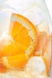 Φρέσκια τροπική ή θερινή λεμονάδα με το πορτοκάλι και πάγος στο γυαλί, φωτογραφία λεπτομέρειας, περίληψη Στοκ Φωτογραφία