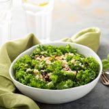 Φρέσκια υγιής σαλάτα με το κατσαρό λάχανο και quinoa Στοκ εικόνες με δικαίωμα ελεύθερης χρήσης