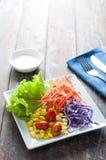 Φρέσκια υγιής σαλάτα στον ξύλινο πίνακα Στοκ εικόνα με δικαίωμα ελεύθερης χρήσης