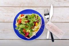 Φρέσκια υγιής σαλάτα στο κύπελλο με την κάρτα κειμένων Στοκ φωτογραφία με δικαίωμα ελεύθερης χρήσης
