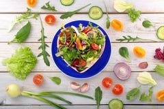 Φρέσκια υγιής σαλάτα στο κύπελλο στο ξύλινο υπόβαθρο Στοκ Εικόνα