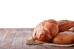 Φρέσκια υγιής φυσική ομάδα τροφίμων ψωμιού στο στούντιο στον πίνακα που απομονώνεται στο άσπρο υπόβαθρο Στοκ Φωτογραφίες