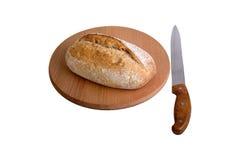 Φρέσκια φέτα ψωμιού και τέμνον μαχαίρι στον πίνακα Στοκ εικόνες με δικαίωμα ελεύθερης χρήσης