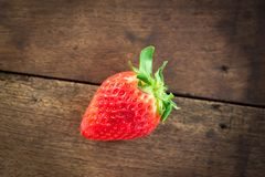 Φρέσκια φράουλα στο ξύλο Στοκ φωτογραφία με δικαίωμα ελεύθερης χρήσης
