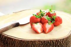 Φρέσκια φράουλα, γλυκά φρούτα, στον ξύλινο τεμαχίζοντας πίνακα με το μαχαίρι Στοκ φωτογραφία με δικαίωμα ελεύθερης χρήσης