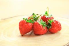 Φρέσκια φράουλα, γλυκά φρούτα, στον ξύλινο τεμαχίζοντας πίνακα Στοκ φωτογραφία με δικαίωμα ελεύθερης χρήσης