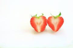 Φρέσκια φράουλα, γλυκά φρούτα, στο λευκούς πλαστικούς τεμαχίζοντας πίνακα, την καρδιά και την έννοια αγάπης Στοκ φωτογραφία με δικαίωμα ελεύθερης χρήσης