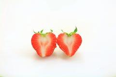 Φρέσκια φράουλα, γλυκά φρούτα, στο λευκούς πλαστικούς τεμαχίζοντας πίνακα, την καρδιά και την έννοια αγάπης Στοκ Εικόνες