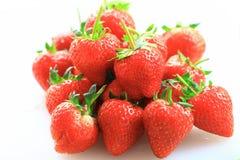 Φρέσκια φράουλα, γλυκά φρούτα, στο λευκό πλαστικό τεμαχίζοντας πίνακα Στοκ φωτογραφία με δικαίωμα ελεύθερης χρήσης