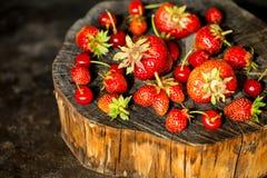 Φρέσκια φράουλα μούρων σε ένα ξύλινο κολόβωμα Στοκ Φωτογραφίες