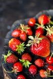 Φρέσκια φράουλα μούρων σε ένα ξύλινο κολόβωμα Στοκ εικόνες με δικαίωμα ελεύθερης χρήσης