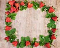Φρέσκια φράουλα πλαισίων με τα φύλλα στο ελαφρύ ξύλο Τοπ άποψη, διάστημα κειμένων Στοκ εικόνα με δικαίωμα ελεύθερης χρήσης