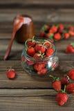 Φρέσκια φράουλα σε ένα βάζο γυαλιού Στοκ Εικόνες