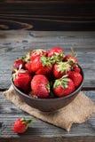 Φρέσκια φράουλα σε ένα κύπελλο σε ένα ξύλινο υπόβαθρο Στοκ Εικόνες