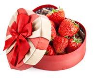 Φρέσκια φράουλα στο κιβώτιο με το δώρο τόξων την ημέρα βαλεντίνων Στοκ Εικόνες