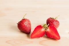 Φρέσκια φράουλα στο ξύλο Στοκ Φωτογραφία