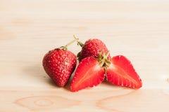 Φρέσκια φράουλα στο ξύλο Στοκ Φωτογραφίες