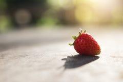 Φρέσκια φράουλα στο ξύλο Στοκ Εικόνες