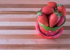 Φρέσκια φράουλα στο φλυτζάνι φραουλών Στοκ φωτογραφίες με δικαίωμα ελεύθερης χρήσης