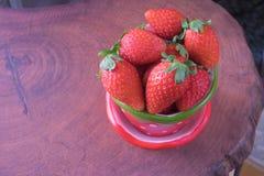 Φρέσκια φράουλα στο φλυτζάνι φραουλών Στοκ Εικόνες