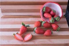 Φρέσκια φράουλα στο φλυτζάνι φραουλών Στοκ Φωτογραφία