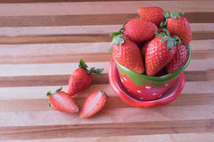 Φρέσκια φράουλα στο φλυτζάνι φραουλών Στοκ εικόνες με δικαίωμα ελεύθερης χρήσης