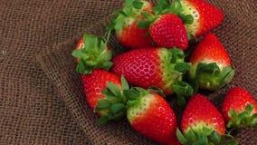 Φρέσκια φράουλα burlap στο υπόβαθρο σύστασης απόθεμα βίντεο