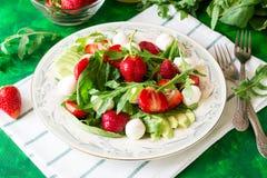 Φρέσκια χορτοφάγος σαλάτα με το σπανάκι, το arugula, τις φέτες αβοκάντο, τις φράουλες και τη μίνι μοτσαρέλα Στοκ φωτογραφίες με δικαίωμα ελεύθερης χρήσης