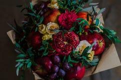 Φρέσκια χορτοφάγος fruity ανθοδέσμη φθινοπώρου των μήλων, των σταφυλιών, των ροδιών και των τριαντάφυλλων Στοκ Φωτογραφία