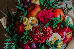 Φρέσκια χορτοφάγος fruity ανθοδέσμη φθινοπώρου των μήλων, των σταφυλιών, των ροδιών και των τριαντάφυλλων Στοκ φωτογραφίες με δικαίωμα ελεύθερης χρήσης
