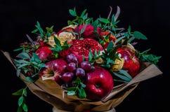 Φρέσκια χορτοφάγος fruity ανθοδέσμη φθινοπώρου των μήλων, των σταφυλιών, των ροδιών και των τριαντάφυλλων Στοκ εικόνα με δικαίωμα ελεύθερης χρήσης