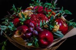 Φρέσκια χορτοφάγος fruity ανθοδέσμη φθινοπώρου των μήλων, των σταφυλιών, των ροδιών και των τριαντάφυλλων Στοκ Φωτογραφίες