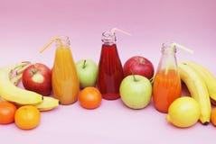 Φρέσκια χυμών κόκκινη πράσινη κίτρινη τροπική φρούτων φραουλών της Apple εκλεκτική εστίαση BOT σταφυλιών ροδιών της Apple πεύκων  Στοκ φωτογραφίες με δικαίωμα ελεύθερης χρήσης