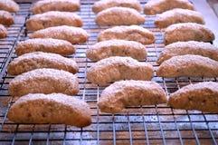 Φρέσκια ψημένη ημισεληνοειδής ψύξη μπισκότων Στοκ φωτογραφία με δικαίωμα ελεύθερης χρήσης