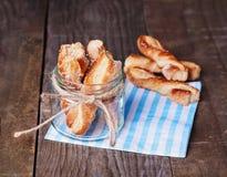 Φρέσκια ψημένη ιταλική ζύμη στο αγροτικό ξύλινο υπόβαθρο Στοκ φωτογραφία με δικαίωμα ελεύθερης χρήσης