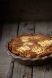 Φρέσκια ψημένη πίτα ρουμιού της Apple σε έναν ξύλινο πίνακα Στοκ φωτογραφία με δικαίωμα ελεύθερης χρήσης