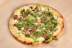 Φρέσκια ψημένη πίτσα με τα μανιτάρια στο ξύλινο υπόβαθρο Στοκ Εικόνες