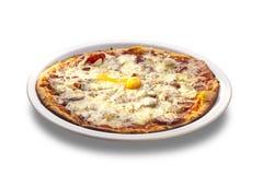 Φρέσκια ψημένη φούρνος πίτσα με το αυγό, λουκάνικο, όλο το τυρί Στοκ εικόνα με δικαίωμα ελεύθερης χρήσης