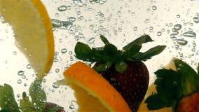 Φρέσκια ώριμη πτώση μούρων και φρούτων στο μεταλλικό νερό, σε αργή κίνηση απόθεμα βίντεο