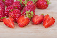 Φρέσκια ώριμη φράουλα στο ξύλο Στοκ φωτογραφία με δικαίωμα ελεύθερης χρήσης