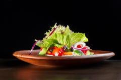 Φρέσκια caesar σαλάτα στο πιάτο αργίλου Στοκ φωτογραφία με δικαίωμα ελεύθερης χρήσης