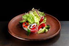 Φρέσκια caesar σαλάτα στο πιάτο αργίλου Στοκ Φωτογραφίες