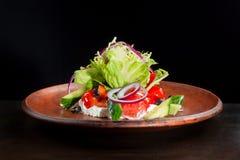 Φρέσκια caesar σαλάτα στο πιάτο αργίλου Στοκ Εικόνες