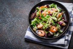 Φρέσκια quinoa σαλάτα λαχανικών με τις γαρίδες Καθαρή υγιής κατανάλωση detox Στοκ Εικόνες