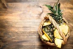 Φρέσκοι ανανάδες στο καλάθι Στοκ εικόνα με δικαίωμα ελεύθερης χρήσης