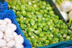 Φρέσκοι βιο νεαρός βλαστός και μύκητας των Βρυξελλών στην αγορά αγροτών στοκ φωτογραφίες με δικαίωμα ελεύθερης χρήσης