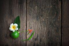 Φρέσκοι λεμόνι και ασβέστης με τα φύλλα μεντών στον ξύλινο πίνακα Στοκ φωτογραφίες με δικαίωμα ελεύθερης χρήσης