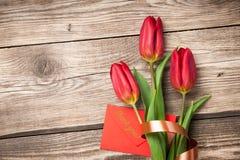 Φρέσκοι κόκκινοι τουλίπες και φάκελος στοκ εικόνα με δικαίωμα ελεύθερης χρήσης