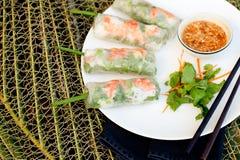 Φρέσκοι ρόλοι άνοιξη με το χοιρινό κρέας, τη γαρίδα και τα χορτάρια Στοκ Φωτογραφία