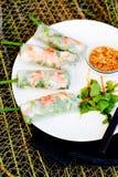 Φρέσκοι ρόλοι άνοιξη με το χοιρινό κρέας, τη γαρίδα και τα χορτάρια Στοκ εικόνα με δικαίωμα ελεύθερης χρήσης